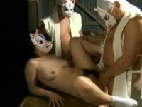 【ヘンリー塚本】村娘は普段は田んぼ脇で爺相手にセックス 奇祭の日は男やもめ3人から狐の面で輪姦