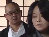 【ヘンリー塚本】四十路熟女とナマクサ住職が境内で激しくまぐわう不倫セックス