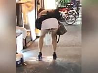 歌舞伎町の路上で立ちションしていく泥酔ミニスカギャル!