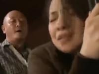 【ヘンリー塚本】妻の母をバックから立ったまま挿入してしまったムコ
