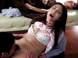 声を出せない状況!夫が眠る傍らで犯される美熟女妻 白木優子