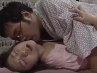 【ヘンリー塚本】娘は母ちゃんの目を盗み、その再婚相手である義父とセックスする日々