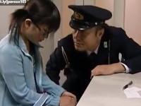 【ヘンリー塚本】万引少女を巡査の貸衣装を着て脅しイタズラする商店経営者