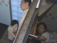 【ヘンリー塚本】熟年アベック二組が汚い公衆トイレの隣同士でセックス