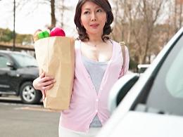 【初撮り熟女】キレイでむっちり巨乳な四十路熟女妻がAVデビューで中出しされる! 小野さち子