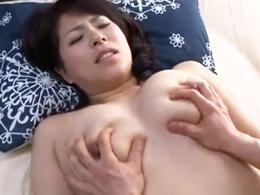 むっちり巨乳の熟女母と昼間っから濃厚セックスする息子 笹山希