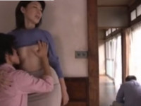 【高齢熟女】六十路の細身母が息子と夫の脇でこっそり近親相姦セックス