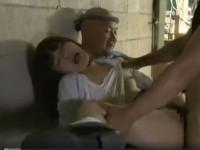 【ヘンリー塚本】工場で下校途中の娘と3P!熟女と草むらの上で青姦!