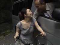 【ヘンリー塚本】熟女はママチャリで現場のワゴン車に向かい車中で不倫カーセックス