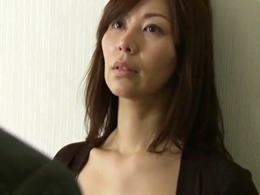 秘書を自室のベッドに誘い込む四十路の社長夫人 翔田千里
