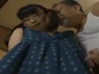 【ヘンリー塚本】ロ趣味の元教員オヤジがカメラ片手に巧みに誘い少女とセックスする