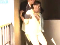 佐々木恋海 近所の美熟女奥さんアパート廊下でブラジャー無しパンチラ 我慢できるはずもなくヤル!