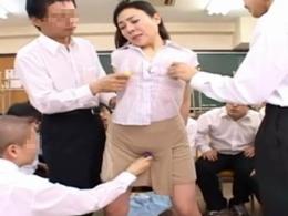 美人で垂れ巨乳の四十路女教師が男子生徒に輪姦される!