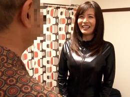 三浦恵理子がキャットスーツ着て素人のおっさん宅を訪問し手コキ抜きをプレゼント!