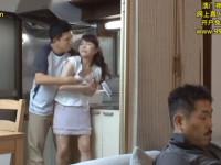 父が脇にいる台所で母子近親相姦!駄目よ父さんに見つかっちゃうわよ!