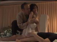 秋野千尋 美熟女と夫との営み中に義父がこっそり乱入3Pセックスに