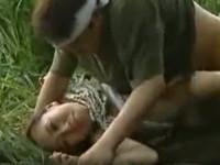 【ヘンリー塚本】田舎のバス停で待つ熟女が茂みに押し倒され青姦レイプ!