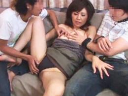 「若い子のはイイわぁ?」淫乱四十路熟女が3Pセックスでイキまくる!