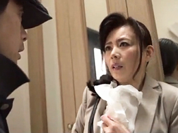 自宅までつけてきた変質者に犯される美熟四十路妻 三浦恵理子
