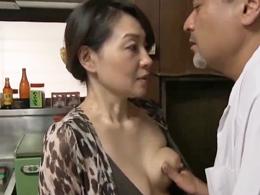 【ヘンリー塚本】郵便配達員と15分間でヤる四十路母のセックス事情