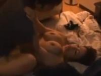 酔った美熟女が脇で寝てる男友達をまさかの逆レイプで中で出される!