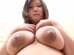 母乳が吹き出して止まらない巨乳妻が男優相手に乱れまくる!