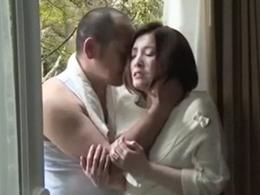 工事現場の作業員と白昼堂々自宅の寝室で不倫セックスする三十路妻