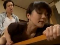 【ヘンリー塚本】美人母はシモフリセイヤ似の義息子に無理矢理挿入され感じてしまう