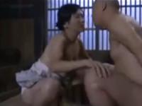 【ヘンリー塚本】美熟女未亡人 村の男達を家に招いては息子を外出させセックス
