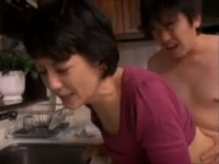 六十路熟女がちんぽがカチカチになった我が子の処理に近親相姦キッチンセックス!