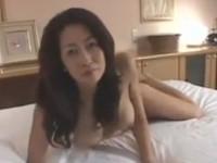 【無修正】五十路美熟女なスレンダー義母に誘われて激しいセックス最後は胸に出した!