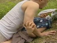 【ヘンリー塚本】昭和の農村 野外での不貞を男に見られ殴られ2発も犯される人妻