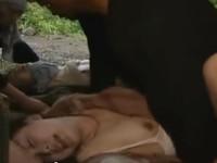 【ヘンリー塚本】逃亡親子がゲリラの検問で捕まる 父は銃サツ母と娘はゲリラに輪姦母娘丼