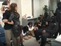 美熟女刑事が女性行員が監禁される中に突入するが捕まり外国人のデカマラで輪姦される!
