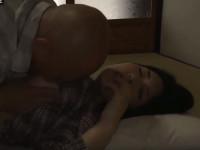 【ヘンリー塚本】妻が病気で休養中でムラムラ 我慢できずにその連れ娘とセックス