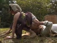【ヘンリー塚本】田舎農家の夫婦 義母にあの声が煩いと言われたので田んぼでヤル!